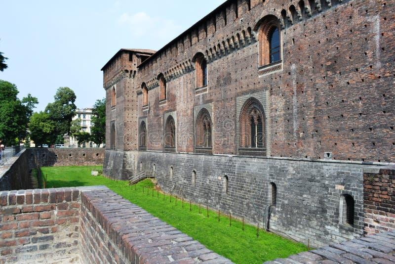 Paredes medievales y fortalecimientos externos de Milan Sforza Castle imagenes de archivo