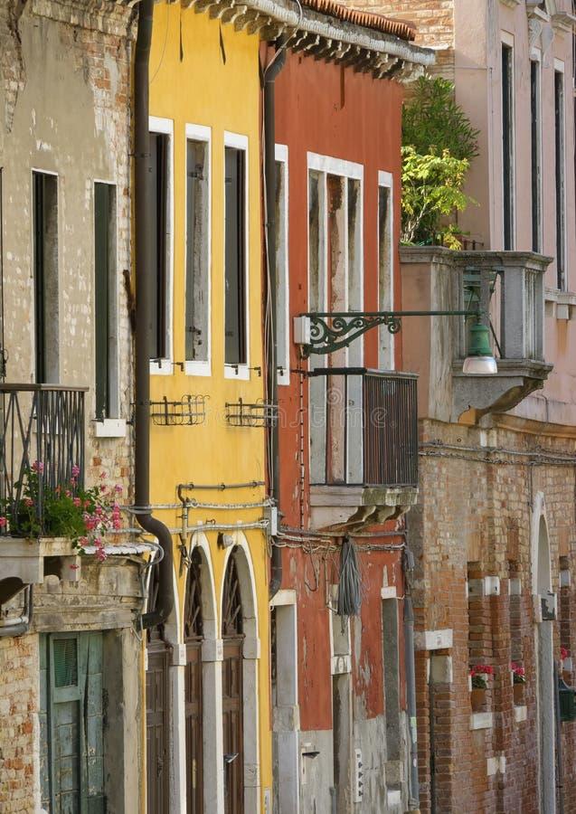 Paredes multicoloras de casas en Venecia foto de archivo