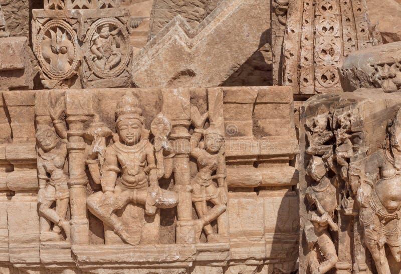 Paredes quebradas cinzeladas de templos hindu com esculturas do senhor de Shiva e de outro, forte de Chitaurgarh Rajasthan da Índ imagem de stock