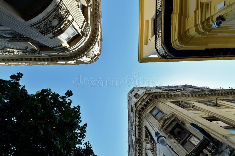 Paredes, telhados e céu imagem de stock