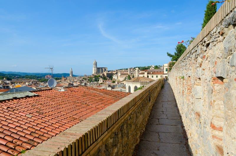 Paredes velhas da cidade no centro histórico de Girona medieval, Espanha imagens de stock