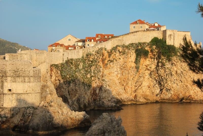 Paredes velhas do povo e cidade dubrovnik Croácia fotos de stock