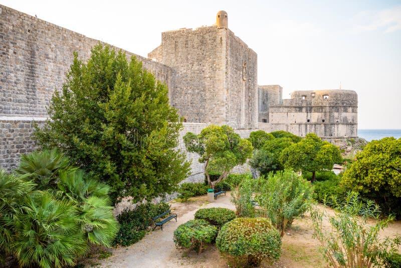Paredes velhas medievais no tempo do por do sol, Croácia da cidade da cidade da torre e do Dubrovnik de Minceta imagem de stock
