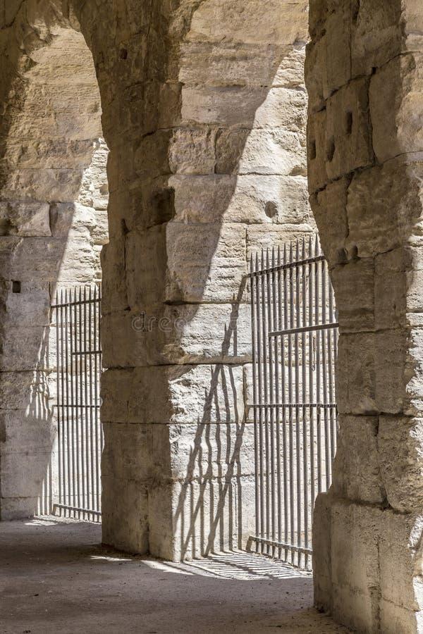 Paredes velhas na arena em Arles imagens de stock