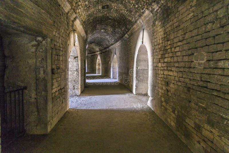 Paredes velhas na arena em Arles imagem de stock