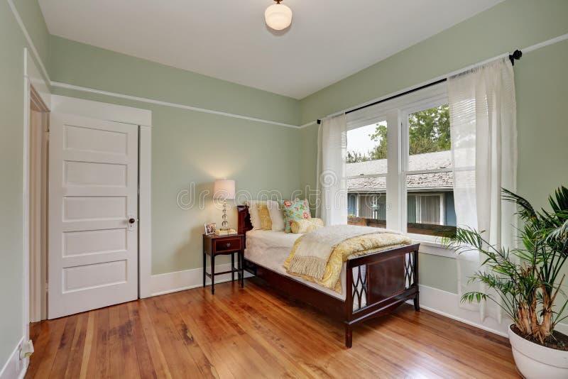 Paredes verdes en colores pastel en dormitorio de los niños Interior de la casa foto de archivo