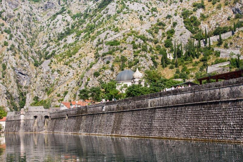 Paredes viejas de la ciudad en Kotor, Montenegro fotos de archivo