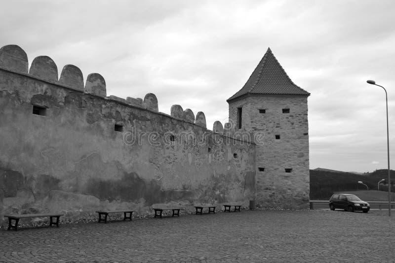 Paredes viejas de la fortaleza medieval de los viajantes de Rupea en Transilvania, Rumania imagenes de archivo