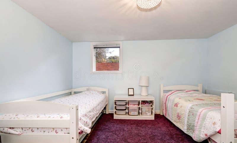Paredes y alfombra azul claro de Borgoña del dormitorio de los niños imágenes de archivo libres de regalías