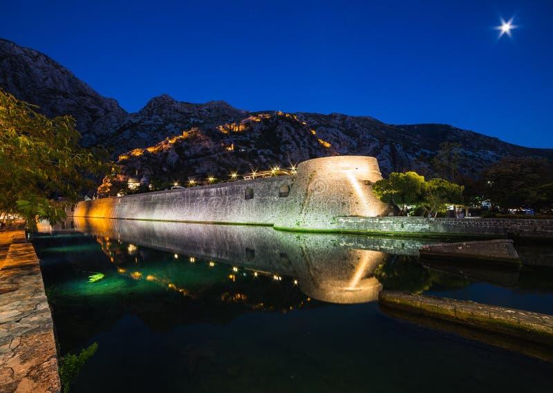 Paredes y fortaleza de Kotor en la noche fotos de archivo libres de regalías