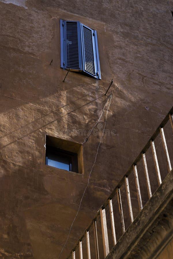 Paredes y ventanas coloridas viejas, parte posterior arquitectónica de la fachada del grunge fotos de archivo libres de regalías