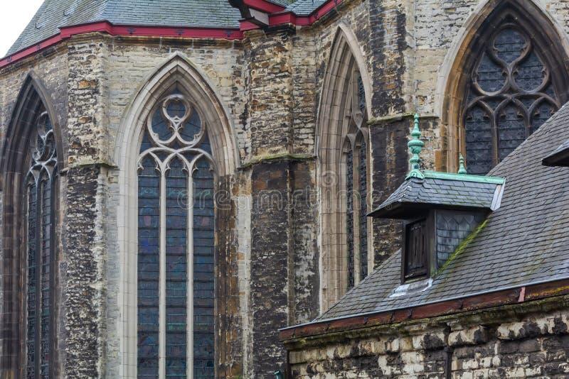 Paredes y ventanas de la iglesia Sint-Michielskerk de San Miguel imagen de archivo libre de regalías