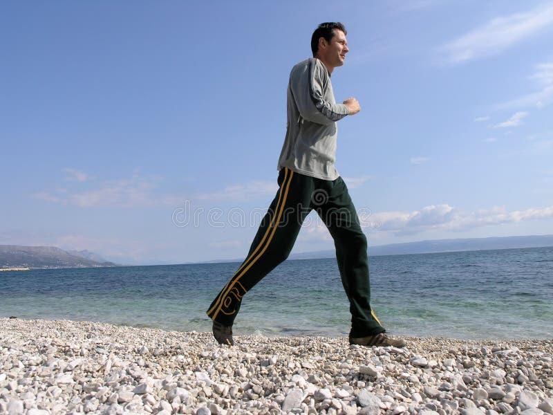 Pareggiando alla spiaggia fotografie stock libere da diritti