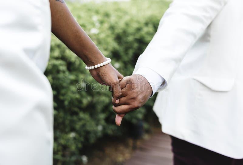 Pareja afroamericana que consigue casada en una isla fotos de archivo