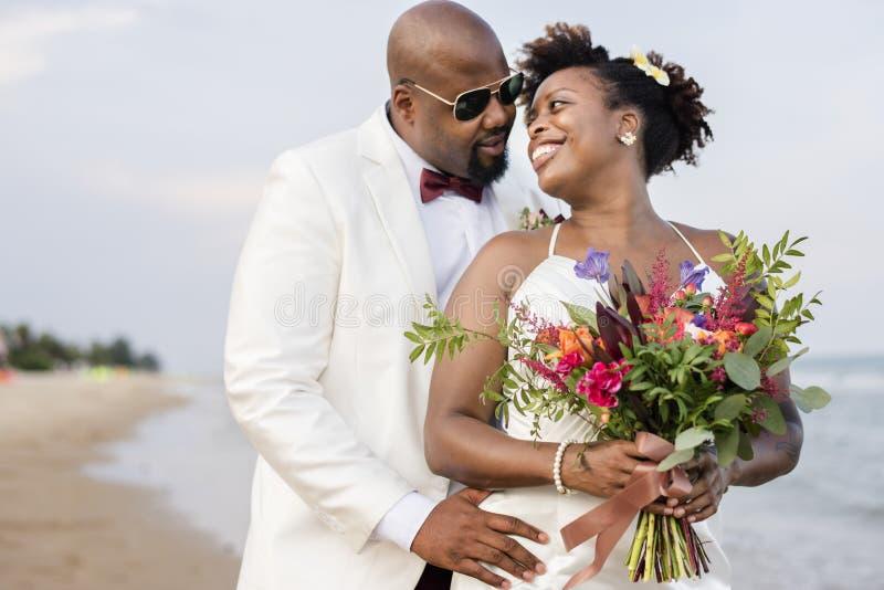 Pareja afroamericana que consigue casada en una isla imagen de archivo libre de regalías