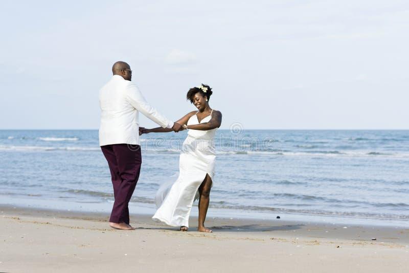 Pareja afroamericana que consigue casada en una isla fotografía de archivo libre de regalías