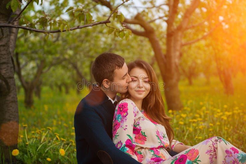 Pareja casada en jardín floreciente de la primavera fotografía de archivo
