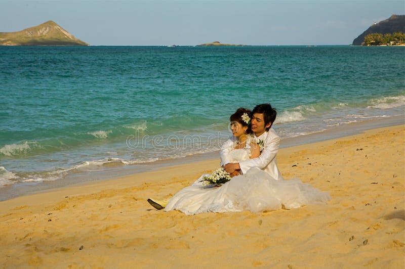Pareja casada en la playa Oahu, Hawaii de Waimanalo foto de archivo