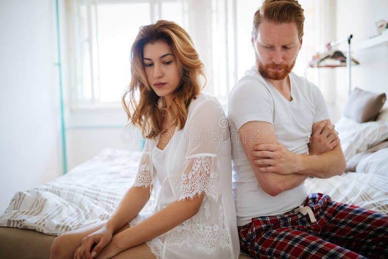 Pareja casada infeliz en el borde del divorcio debido a la impotencia imágenes de archivo libres de regalías