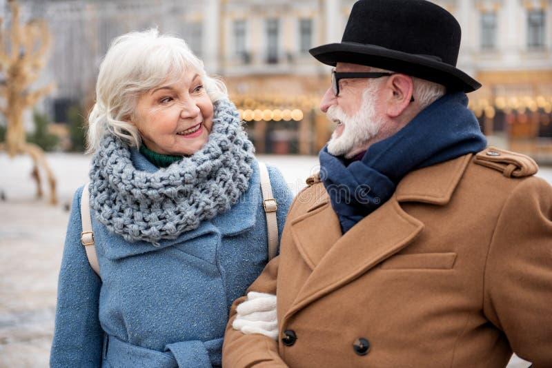 Pareja casada madura feliz que camina en calle foto de archivo