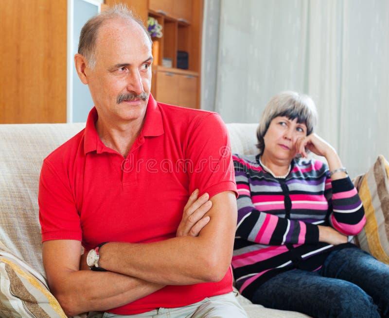Pareja casada mayor que tiene pelea foto de archivo libre de regalías