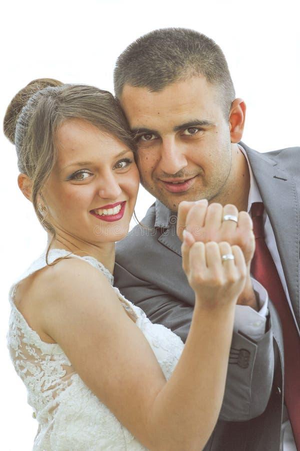 Pareja casada que muestra los anillos imagenes de archivo