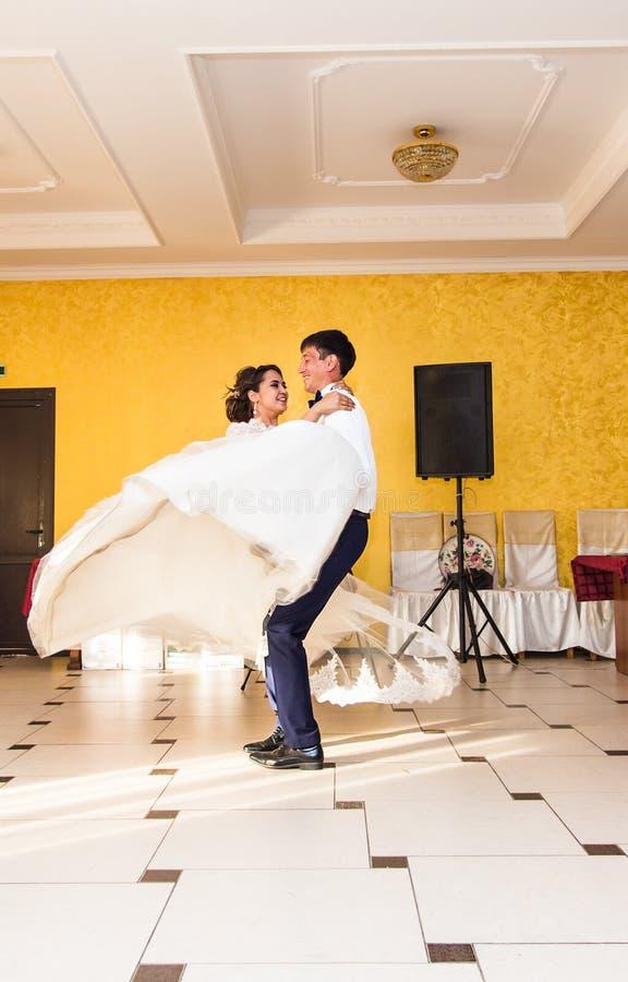 Pareja caucásica hermosa apenas casada y que baila su primera danza imagenes de archivo