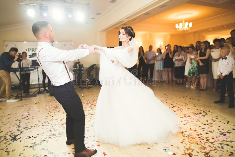 Pareja caucásica hermosa de la boda apenas casada y baile su primera danza fotos de archivo