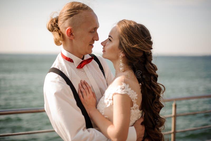Pareja de matrimonios feliz que abraza en el fondo del mar foto de archivo