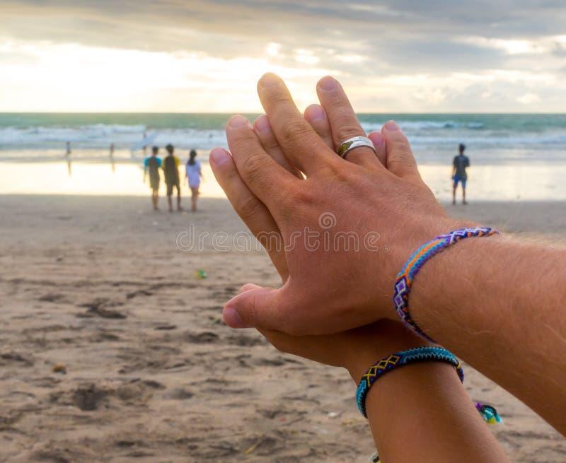 Pareja de matrimonios de la luna de miel del viaje de la travesía Recienes casados mujer y hombre con los anillos de las alianzas imagenes de archivo