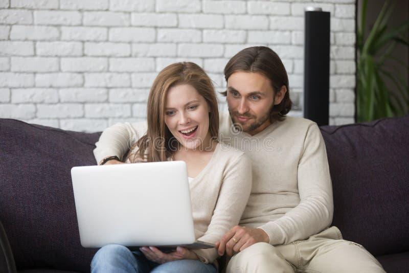 Pareja de matrimonios usando la compra del ordenador vía Internet imágenes de archivo libres de regalías