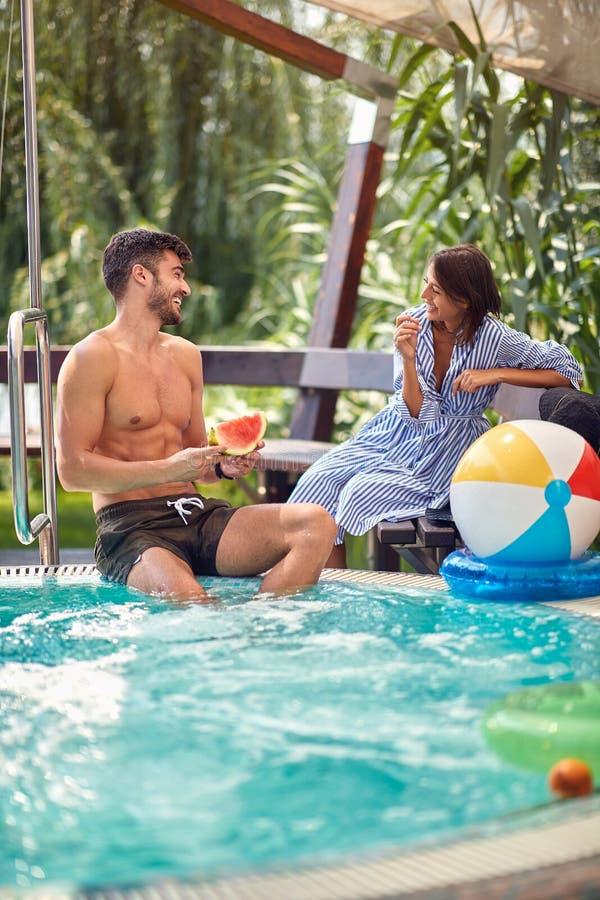 Pareja en piscina divertida imagen de archivo libre de regalías