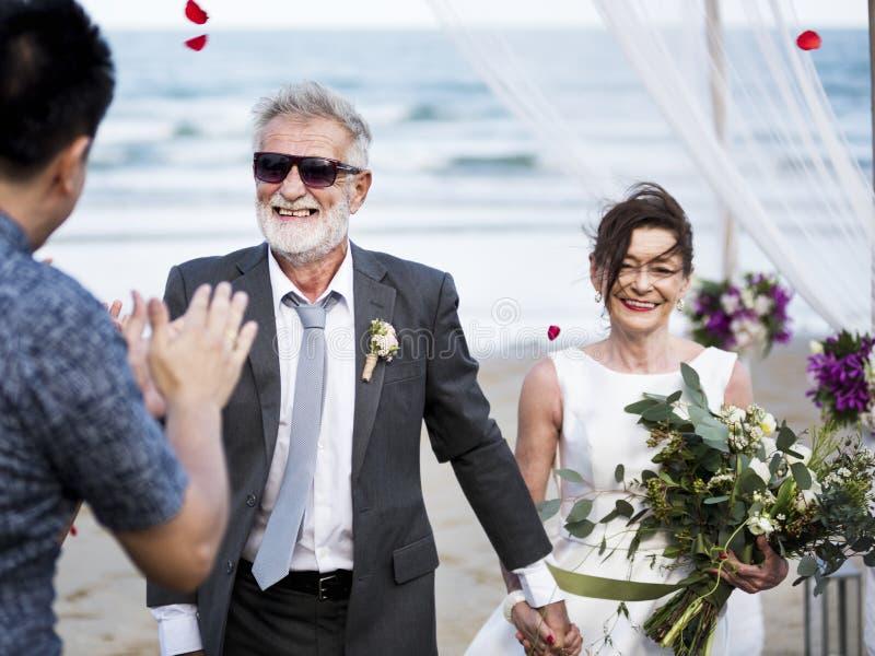 Pareja mayor que consigue casada en la playa imágenes de archivo libres de regalías
