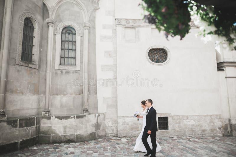 Pareja, novia casada lujo y novio de la boda presentando en ciudad vieja imagen de archivo libre de regalías