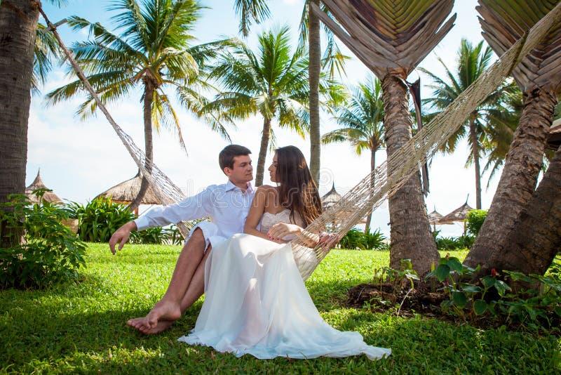 Pareja nuevamente casada después de casarse en centro turístico de lujo Novia y novio románticos foto de archivo libre de regalías