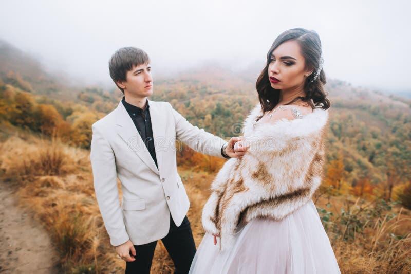 Pareja nuevamente casada feliz en las montañas foto de archivo libre de regalías