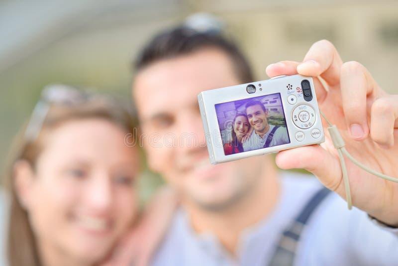 Pareja tomando selfie foto de archivo libre de regalías