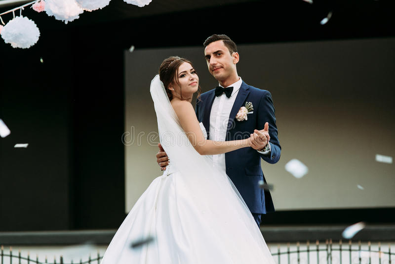 Pareja y pétalos casados en el aire imágenes de archivo libres de regalías