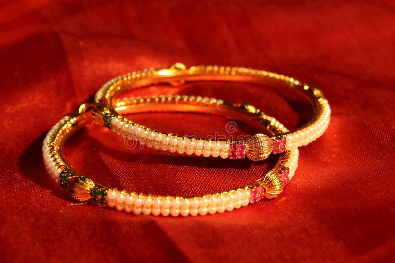 parel en gouden armbanden royalty-vrije stock afbeelding