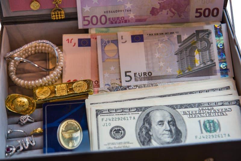 Parelhalsbanden, de bankbiljetten van juwelendozen ring en rode juwelen stock afbeeldingen