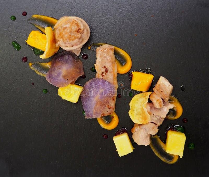 Parelhoenvlees met pompoenstukken, groenten en sausen royalty-vrije stock afbeelding