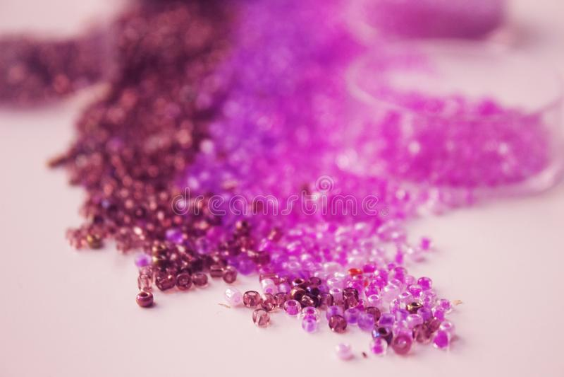 Parels in de schaduwen van purple stock afbeeldingen
