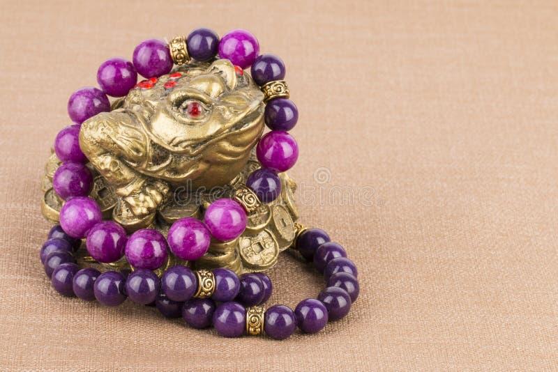 Parelsjuwelen en geldkikker royalty-vrije stock afbeelding