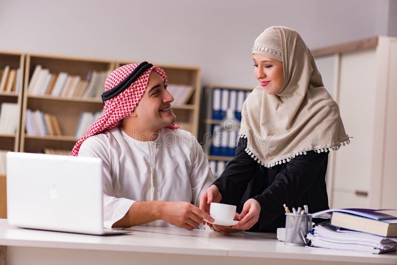 Paren av den arabiska mannen och kvinnan arkivfoton