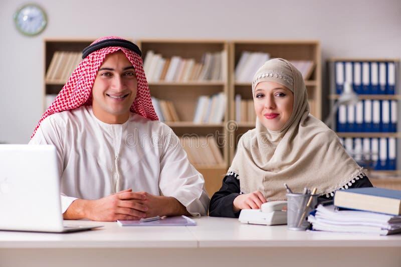 Paren av den arabiska mannen och kvinnan royaltyfria bilder
