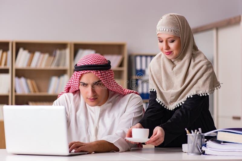 Paren av den arabiska mannen och kvinnan royaltyfri fotografi
