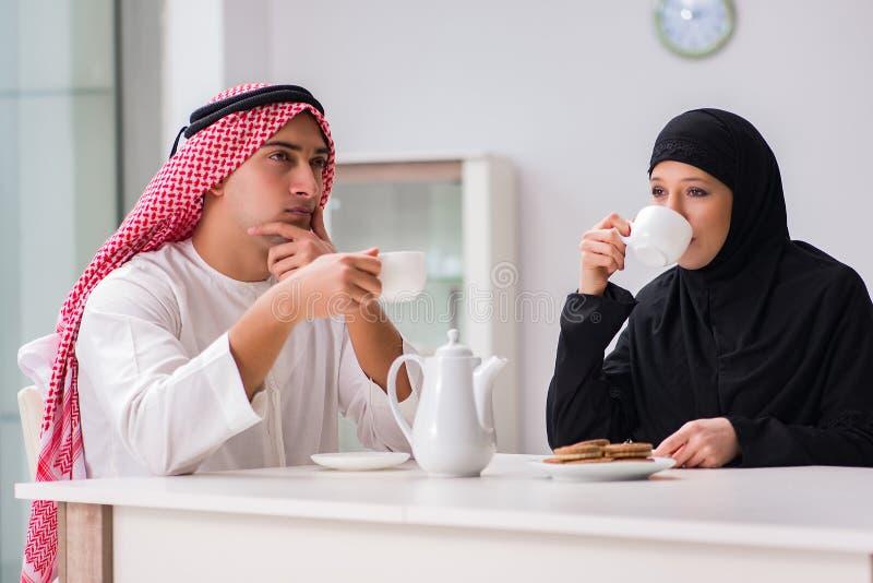 Paren av den arabiska mannen och kvinnan royaltyfri foto