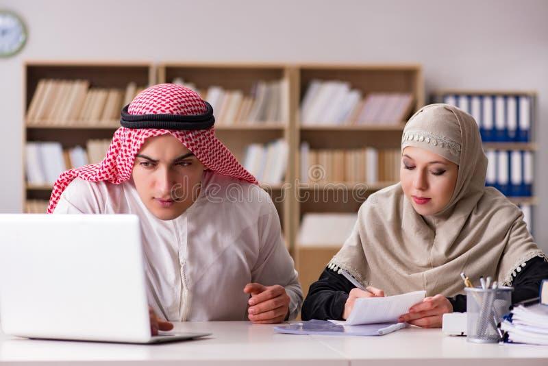 Paren av den arabiska mannen och kvinnan royaltyfri bild