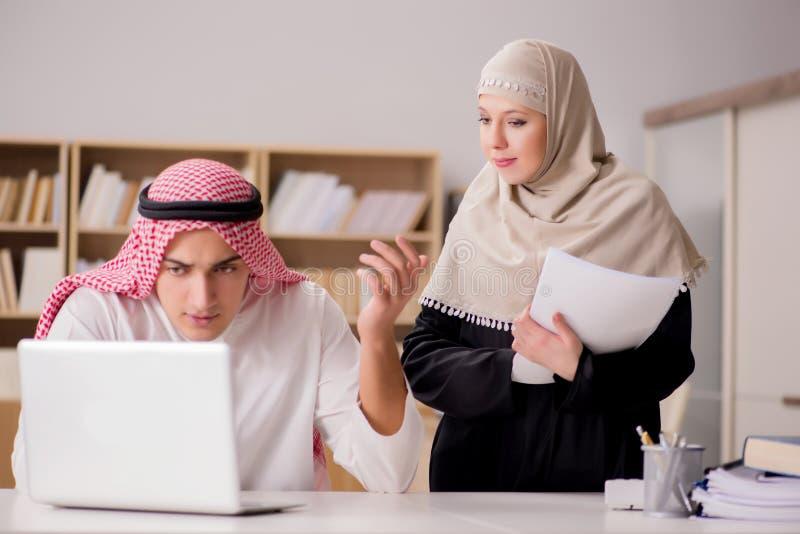 Paren av den arabiska mannen och kvinnan royaltyfria foton