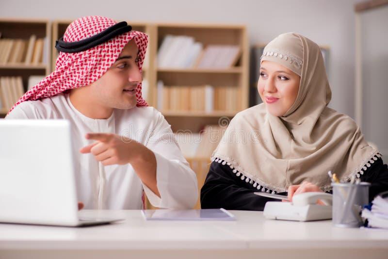 Paren av den arabiska mannen och kvinnan arkivfoto